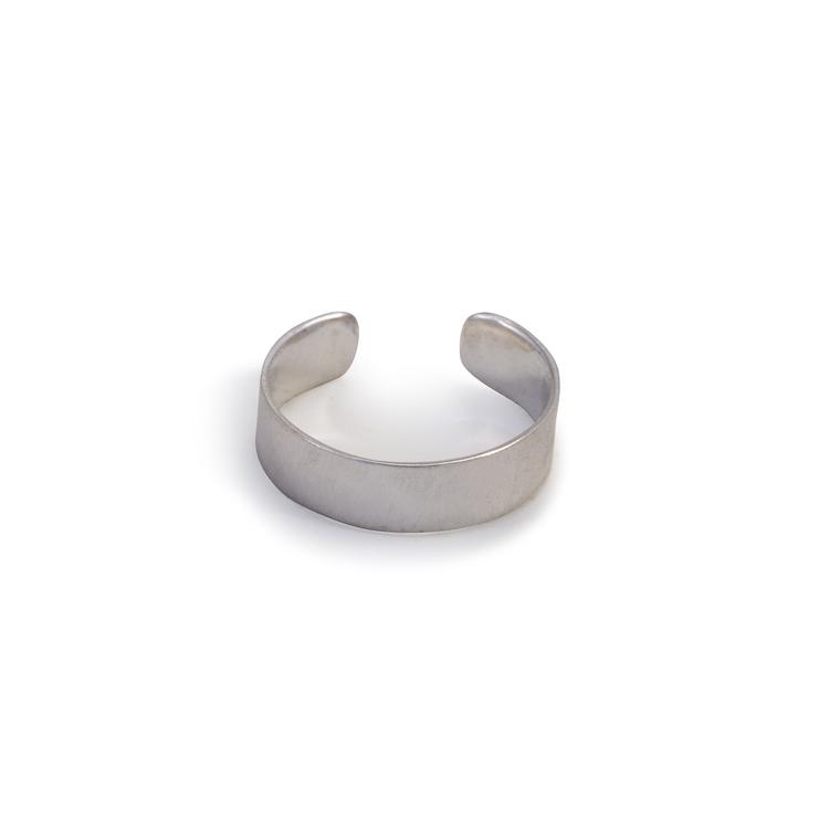 Silverörhänge utan hål i örat. Återvunnet silver.