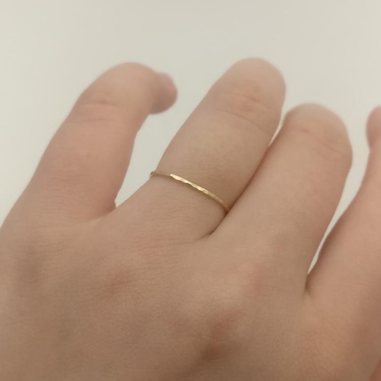 Smal guldring simple look. Handgjord i Sverige.