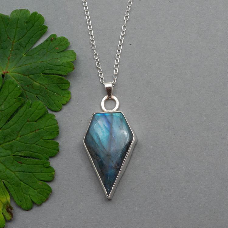 Halsband med blå labradorit och återvunnet silver