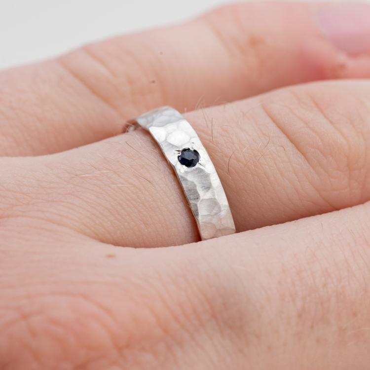 Silverring förlovning man. Svart safir. Återvunnet silver.