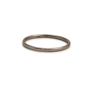 18k Vitguld Ring 1,2 mm hamrad Återvunnet Guld
