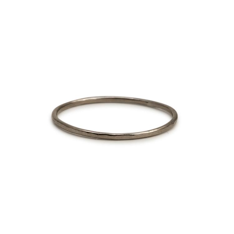 18k Vitguld Ring 0,9 mm hamrad Återvunnet Guld