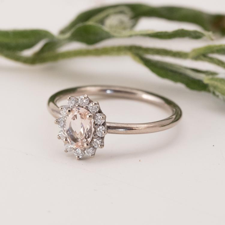 Guldring. Förlovningsring med diamanter och återvunnet guld.