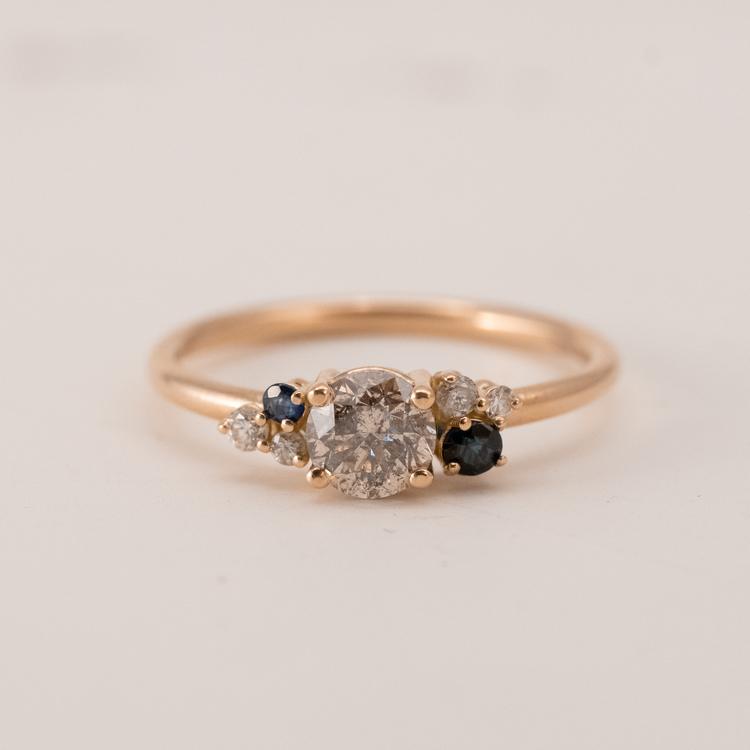 Förlovningsring i återvunnet guld och diamanter. Handgjord.