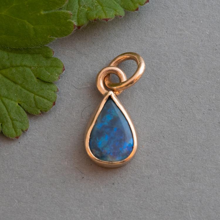 18k Berlock med återvunnen opal äkta guld