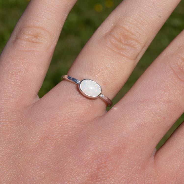 Handgjord silverring med vit återvunnen opal.