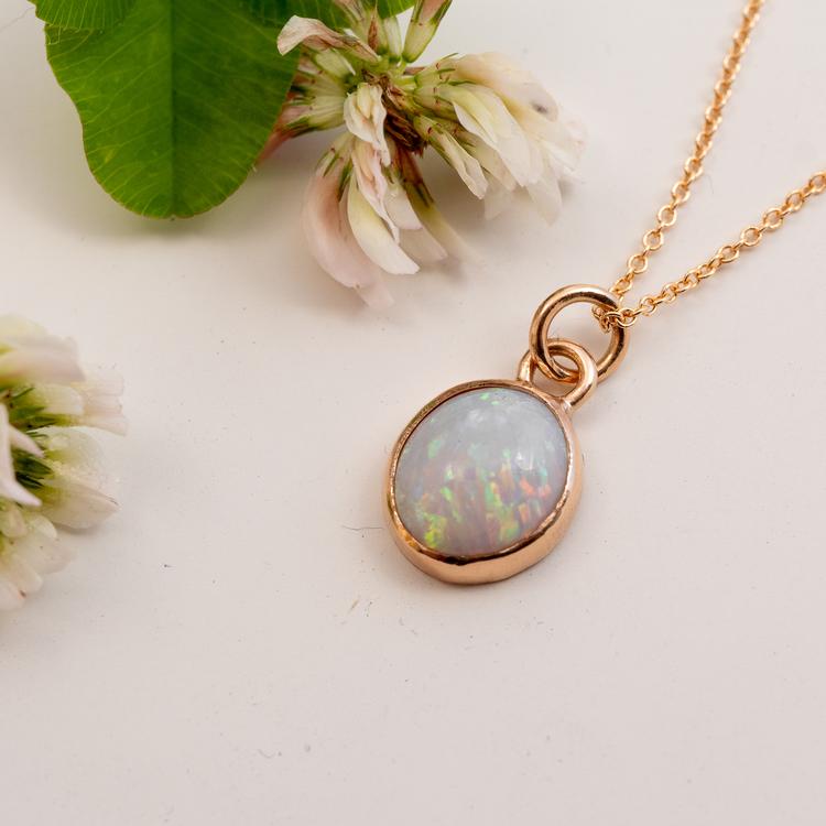 Handgjort guldsmycke med opal. Återvunnet rödguld.