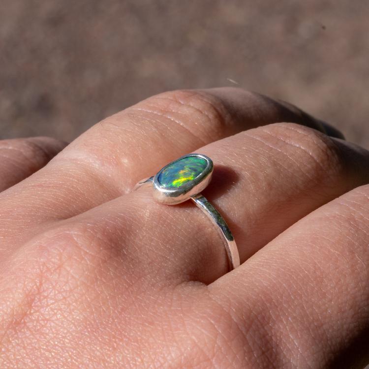 Silverring med återvunnen opal. Handgjord.