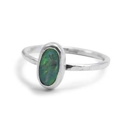 Ring i silver med återvunnen blå opal