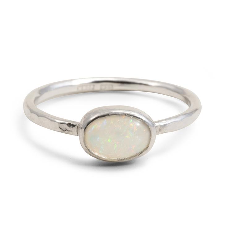 Ring vit liggande återvunnen opal i silver