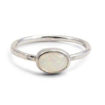 Ring vit i silver med liggande återvunnen opal
