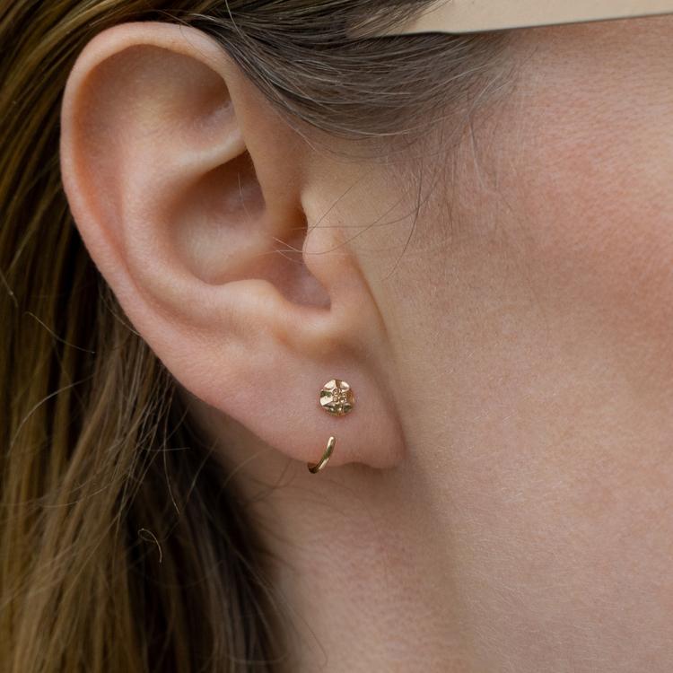 18k Frö Mini Huggies - Örhängen i Återvunnet guld