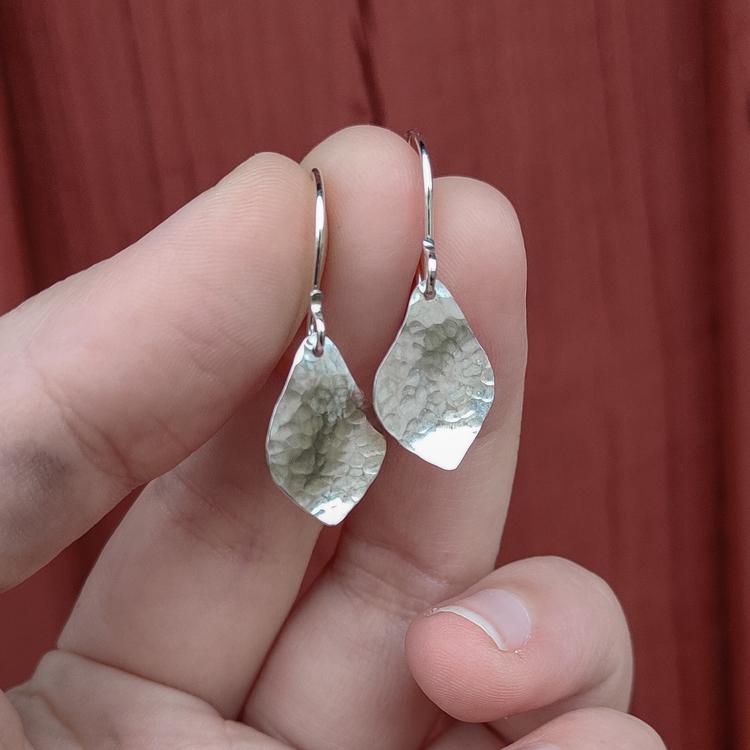 Handgjorda Silverörhängen hängande blad.