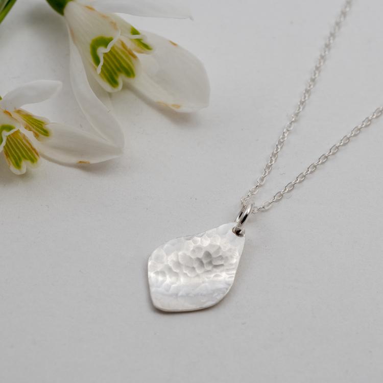 Halsband med handgjort blad Återvunnet silver