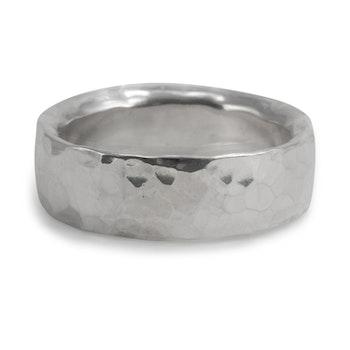Ring Hamrad  ca 7 mm i Återvunnet Silver