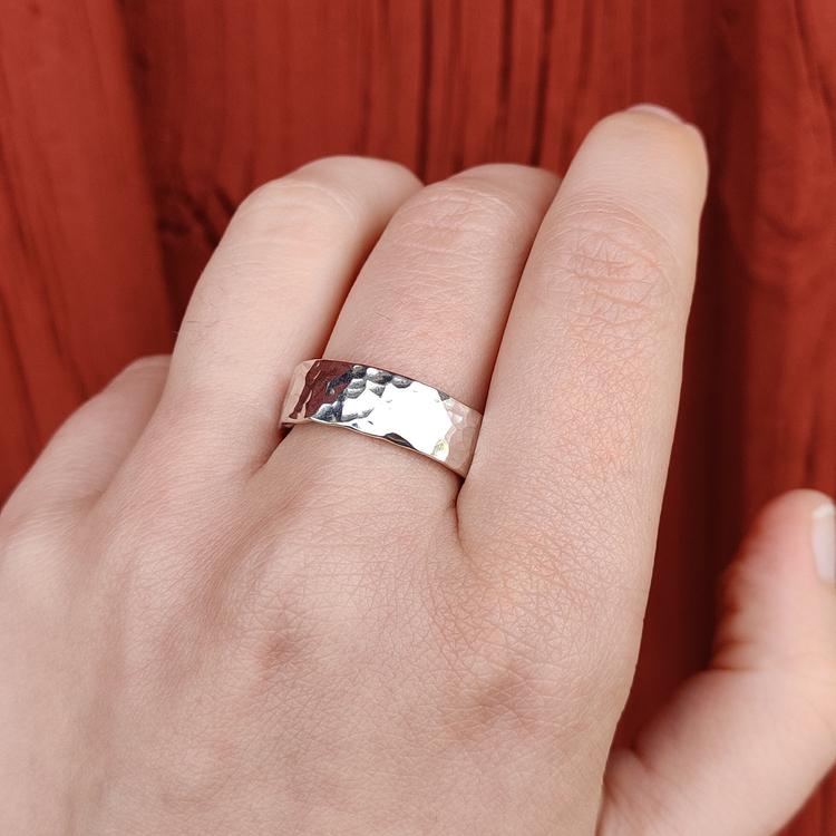 Bred handgjord ring Återvunnet silver Modell