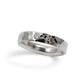 Billie hamrad ring med diamant i Återvunnet Silver