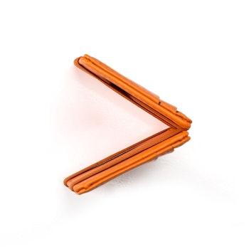Orange plånbok i läder sedd uppifrån så att fickor för kort är lätt synliga