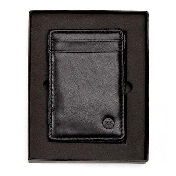Svart läderplånbok i fin presentask från Wowallet med dess logga tryckt i ena hörnet
