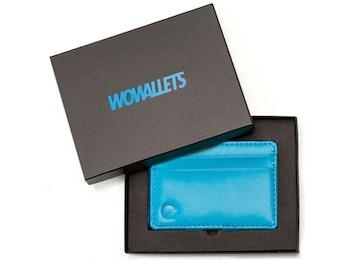 Blå wowallet läderplånbok i presentask sedd uppifrån med öppet lock som ligger över ena kanten på plånboken