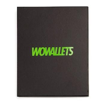 Presentask till wowallets läderbörs sedd framifrån med texten wowallets i grönt