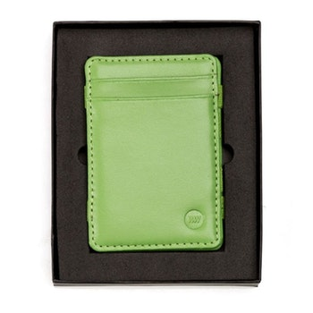 Frontbild på den limegröna läderplånboken i stående variant för kort