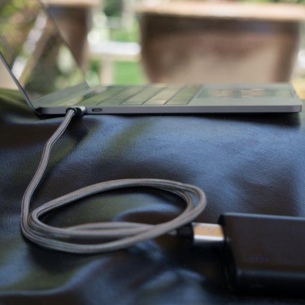 Fuse Chicken Armour USB-C 2m laddar MacBook från powerbank