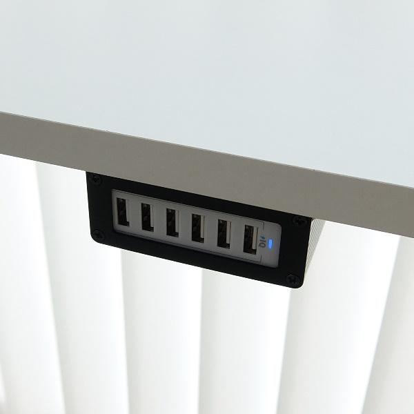 Monterad fäste med PowerPort 6 mobilladdare - svart med vit laddare
