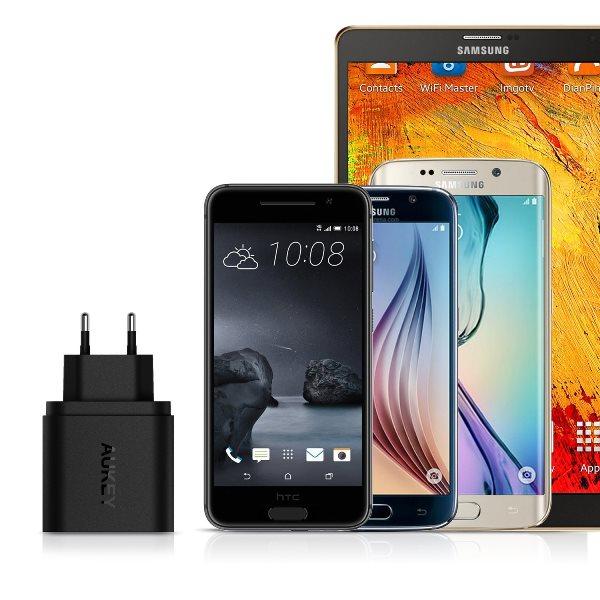 Aukey mobilladdare med 2 uttag med Quick Charge 3.0 laddar telefoner och surfplattor