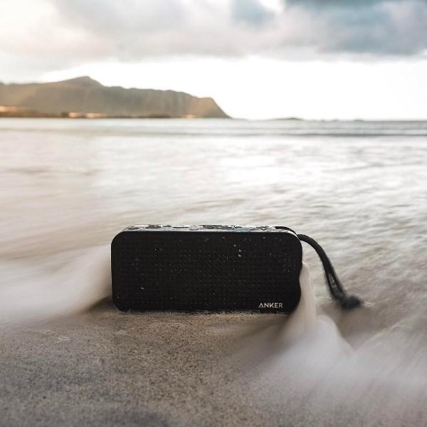 Anker SoundCore Sport XL bluetooth högtalare på stranden