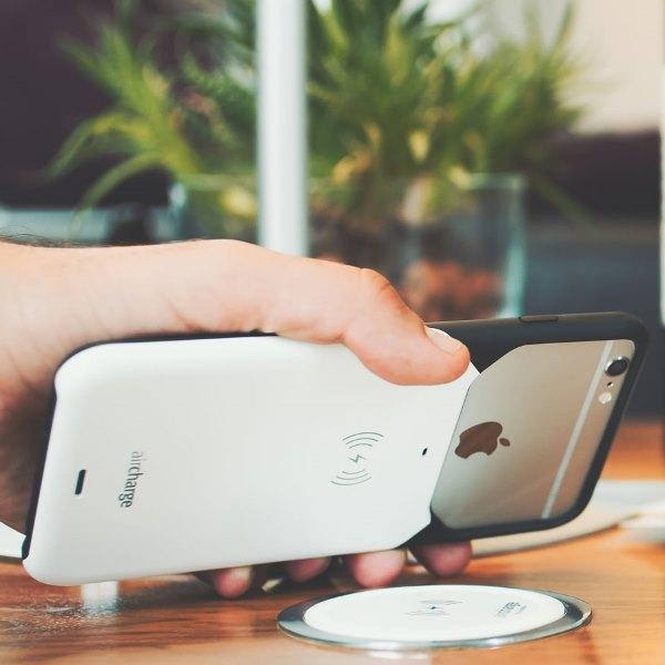 Aircharge iPhone 6/6s MFi Qi trådlöst laddningsskal - Svart-Vit - och laddare