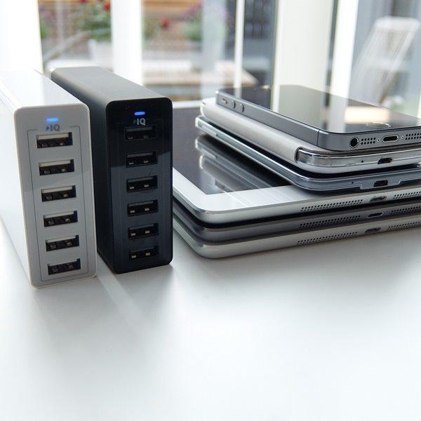 Två Anker PowerPort 6 mobilladdare med 6 uttag och en samling surfplattor och telefoner
