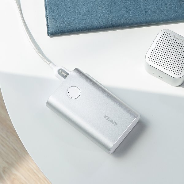 PowerCore plus 10050 QC3 powerbank silver på bord