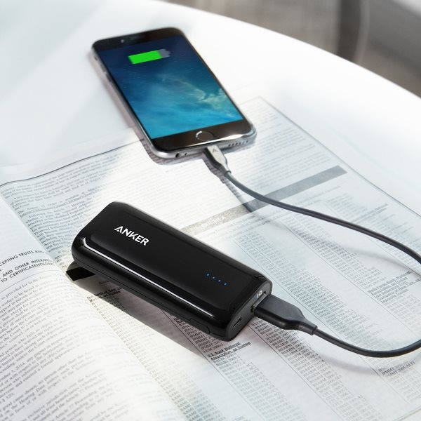 Anker 5200mah powerbank - svart - laddar iphone på bord
