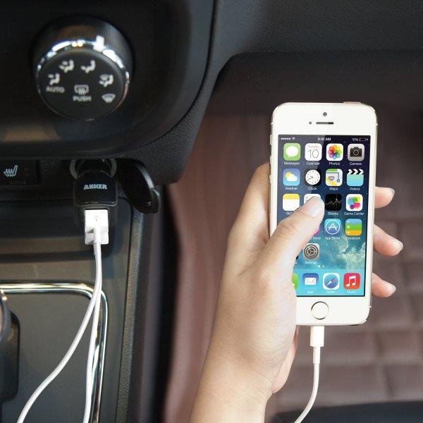 Mobilladdare för bilen, 2 uttag, svart laddar en iPhone
