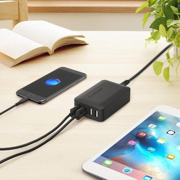 RAVPort mobilladdare med 4 uttag  och Quick Charge laddar en telefon