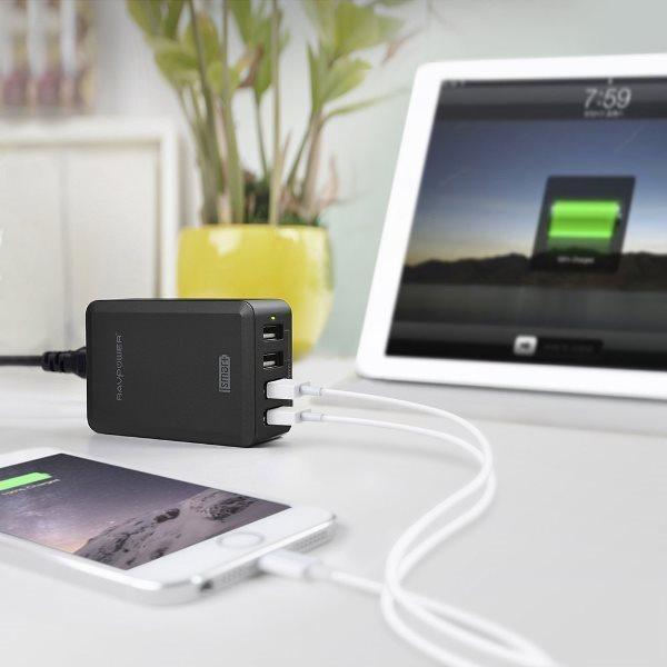 RAVPower mobilladdare med 4 uttag på skrivbordet