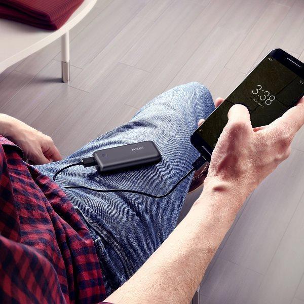 Aukey 5000mAh Pocket powerbank laddar en mobiltelefon