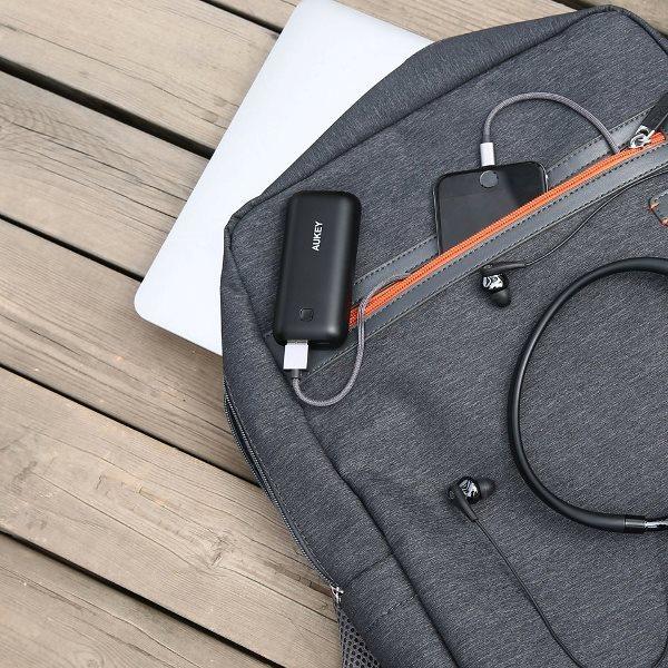 Aukey 5000mAh Pocket powerbank med runda hörn laddar en telefon
