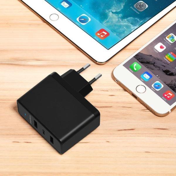 Choetech mobilladdare med 1 USB-C och 2 USB-A med surfplatta och mobiltelefon
