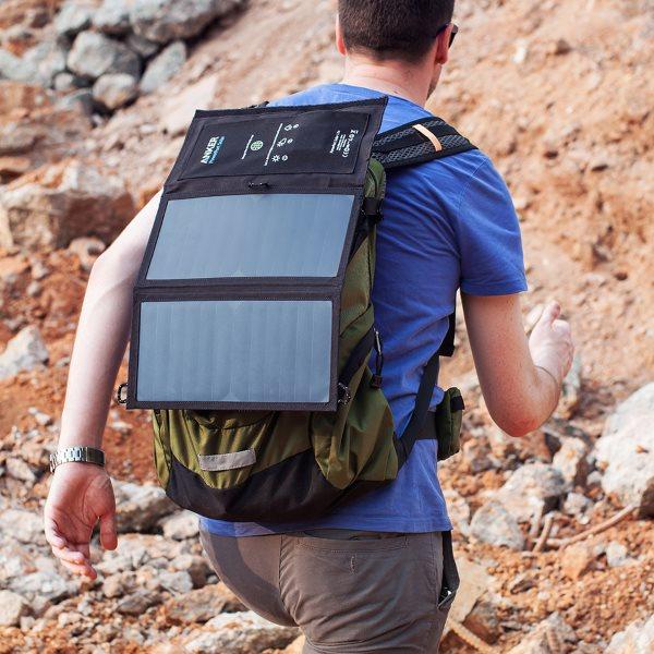 PowerPort Solar Lite 2 Ports laddar på ryggsäck när du vandrar