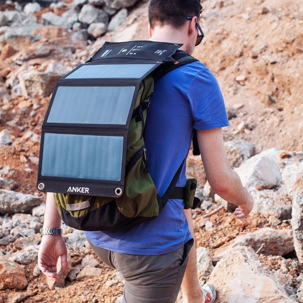 Anker PowerPort Solar 21W på ryggsäck