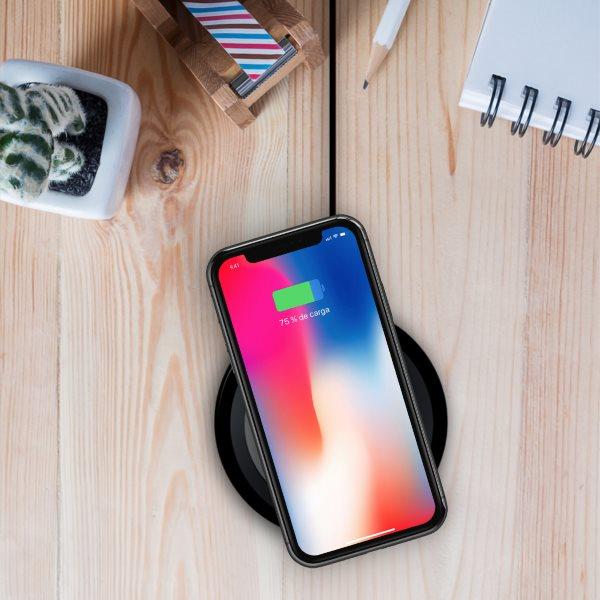 Minibatt UltraSLIM trådlös laddare laddar iPhone på träbord