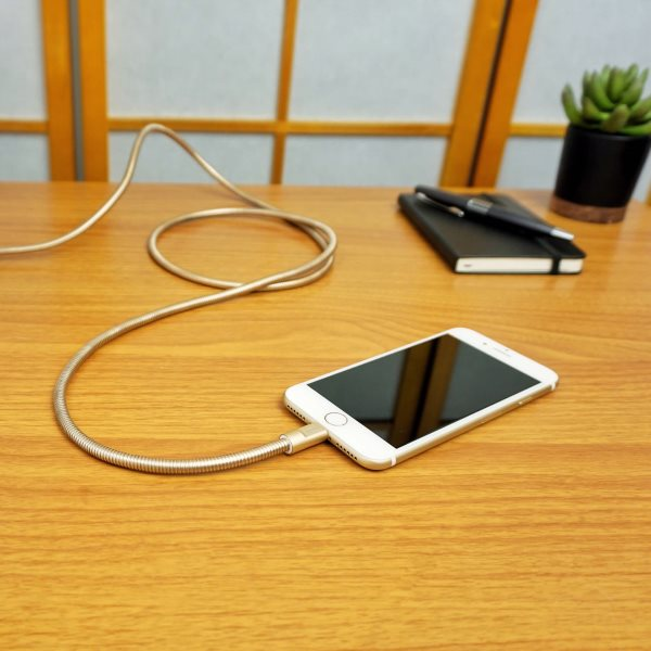Fuse Chicken Titan plus Lightning 150cm guld laddar iPhone på skrivbord