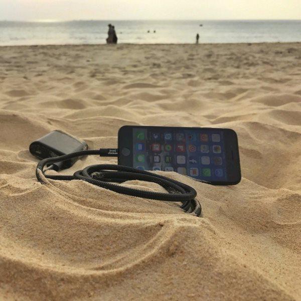 Fuse Chicken Titan plus Lightning 150cm svart laddar iPhone på stranden