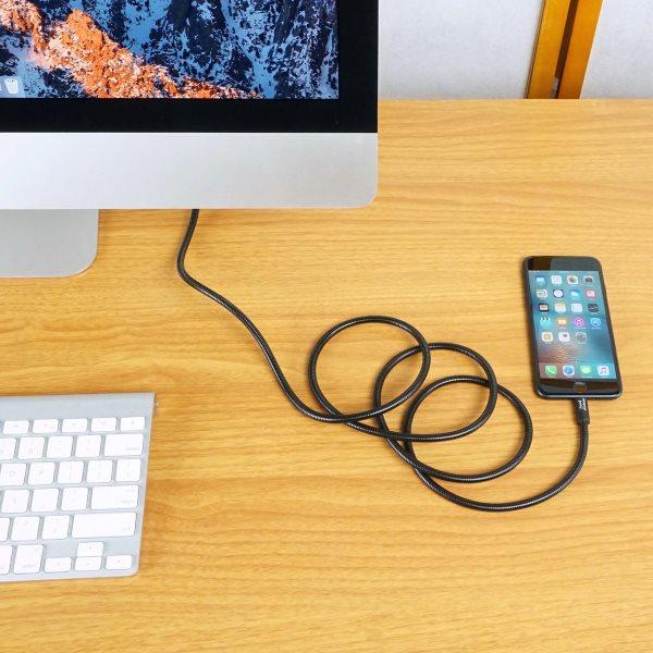Fuse Chicken Titan plus Lightning 150cm svart laddar iPhone på skrivbord