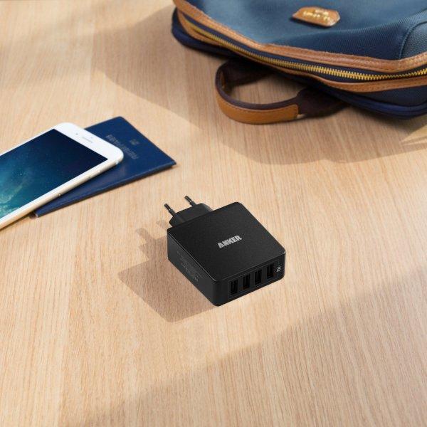 Anker Quad-Port mobilladare med 4 uttag på bord