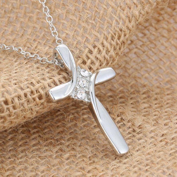 Kors i silver.Rostfritt stål med halskedja.Kors stl:4.2cm*3.7 cm Längd:ca 47cm