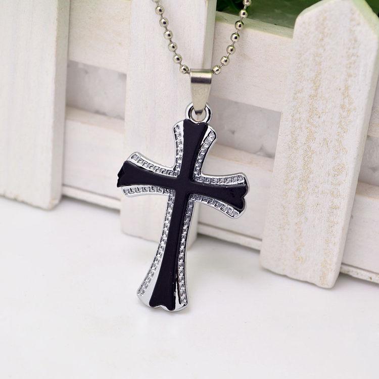 Kors i silver och svart.Rostfritt stål med halskedja.ca5.0 cm*3.0 cm L ca:50 cm