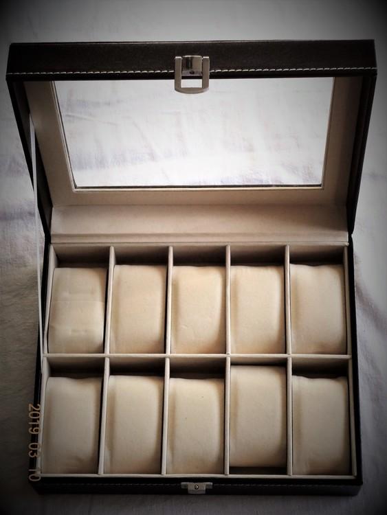 Klockbox Svart Med Plats För 10 st 25x20 H 8 cm med fönster.